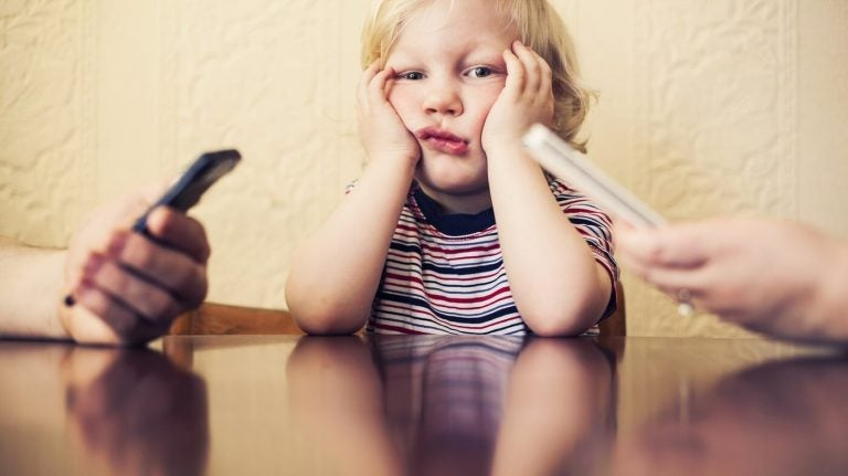O seu vício em celular faz mal ao seu filho