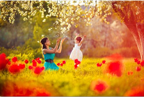 Mãe e filha se divertindo e brincando no campo