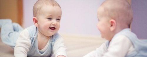 6 benefícios de brincar com o bebê em frente ao espelho
