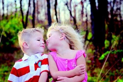 Não obrigue seu filho a beijar todo mundo