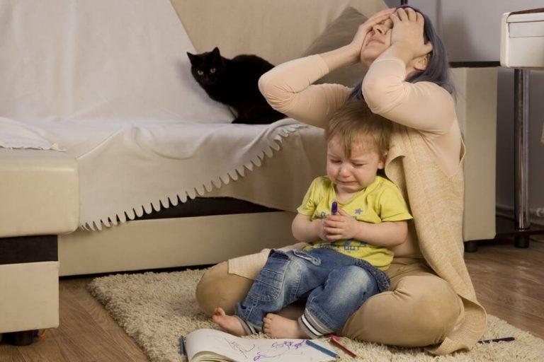 Por que algumas crianças se comportam mal quando a mãe está por perto?