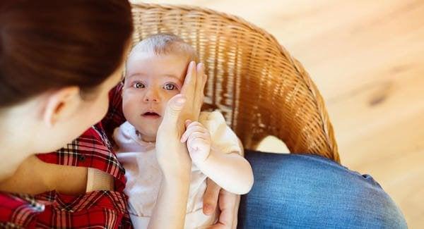 O momento em que o bebê cai no chão pela primeira vez