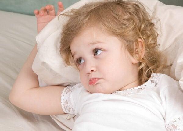 Por que as crianças pedem água quando vão para a cama?