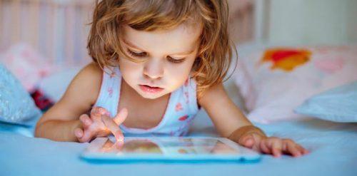 O uso de telas touchscreen altera o sono do seu filho
