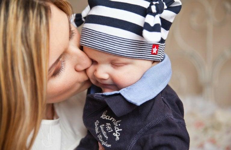 mãe beijando seu filho no rosto