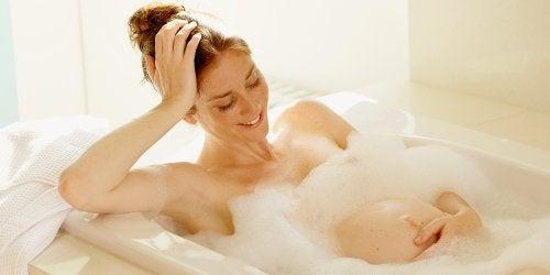 mãe grávida na banheira