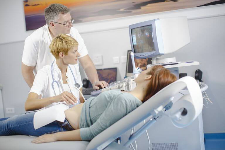 grávida fazendo ultrassom para descobrir o sexo do bebê