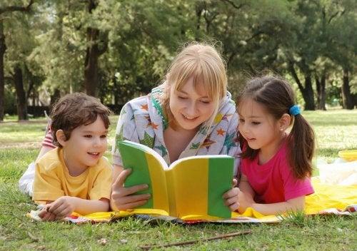 Mãe lendo contos infantis para os filhos