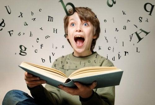 menino imaginando as letras saindo do livro