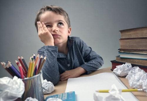 menino hiperativo enfadado por ter que estudar