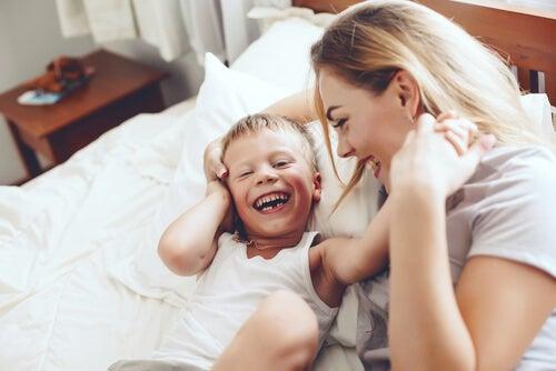 Mãe contando piada para seu filho