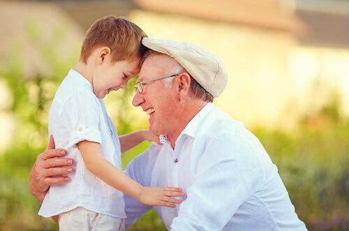 Avô com o neto sorrindo