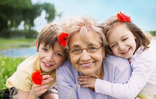 Avó feliz com netos