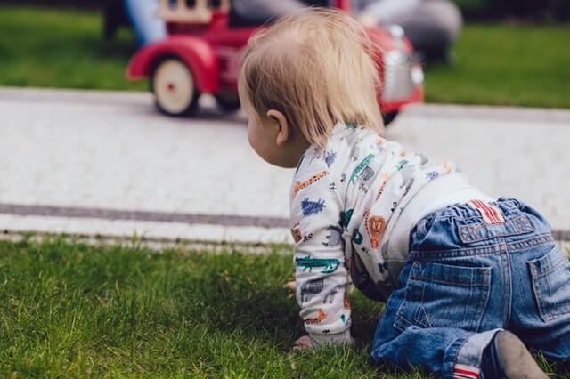Bebê engatinhando na grama