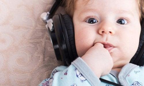 bebê ouvindo música com fones de ouvido
