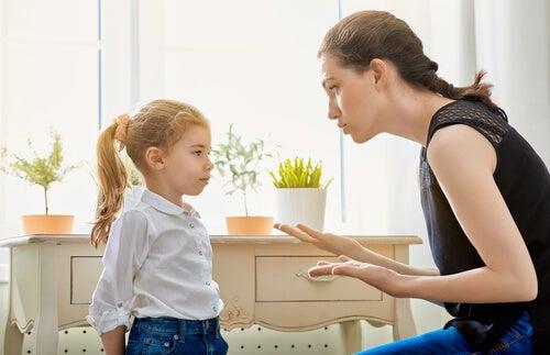 mãe corrigindo sua filha
