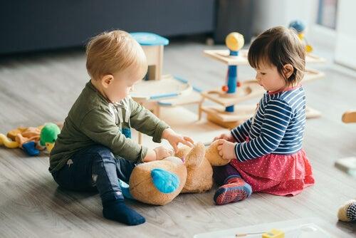 duas crianças brincando juntos na creche