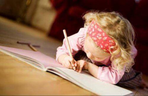 menina escrevendo em seu caderno