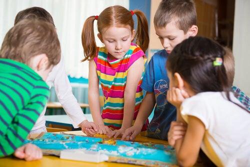 Crianças jogando jogo de tabuleiro