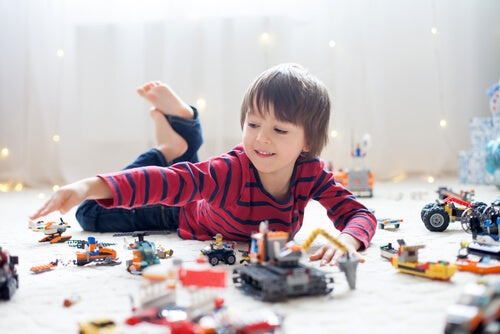 menino brincando com muitos brinquedos