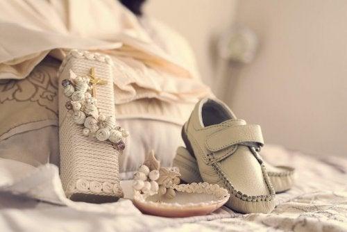 roupa e sapatos do batizado do menino