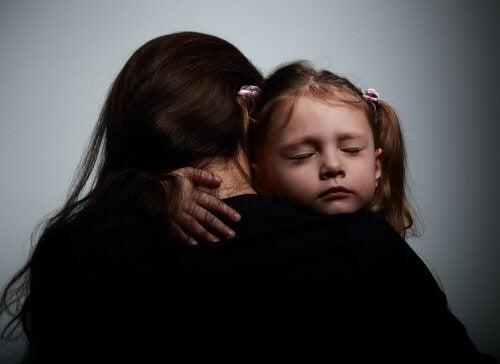 mãe e filha se abraçando com emoção