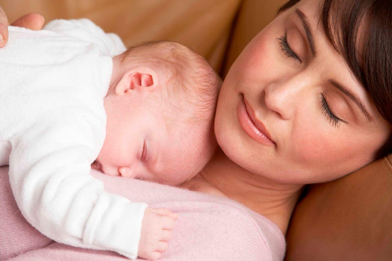 mãe e filhos dormindo juntos