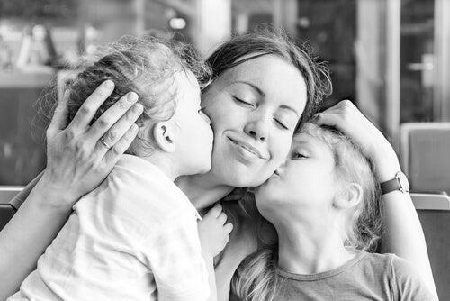 filhas beijando a mãe no rosto