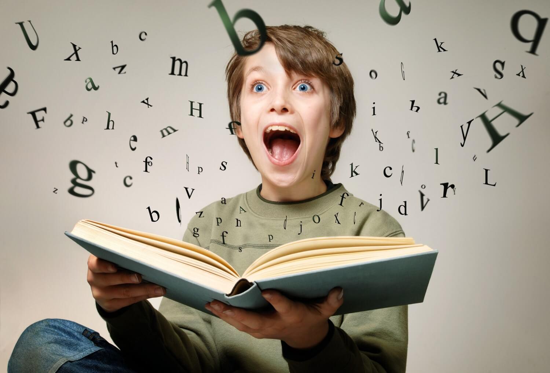 menino imaginando letras saindo de dentro de um livro