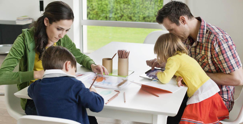 Pais ajudando filho nas lições de casa