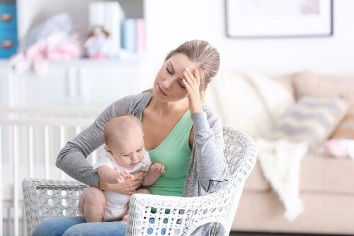 Mãe cansada e com depressão pós-parto