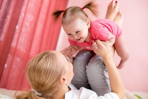 mãe brincando com sua filha