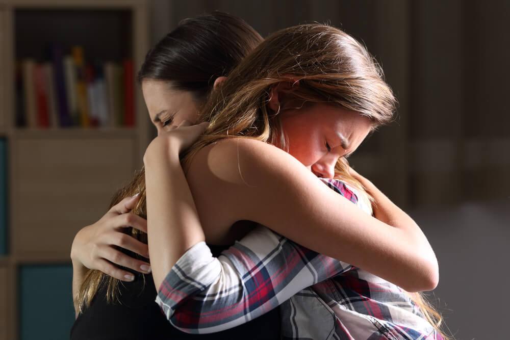 mãe abraçando filha que cometeu um erro