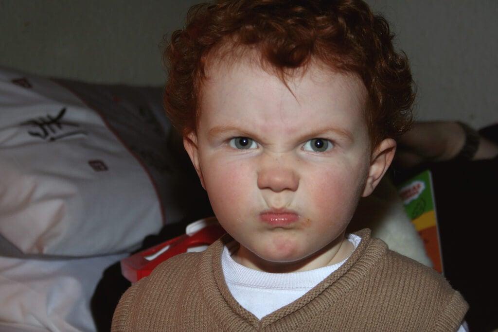menino demonstrando raiva e agressividade repentina