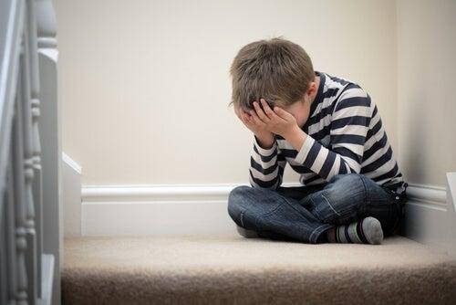 menino sentado no cantinho da disciplina