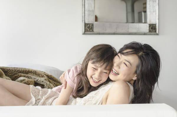 mãe e filha rindo juntas