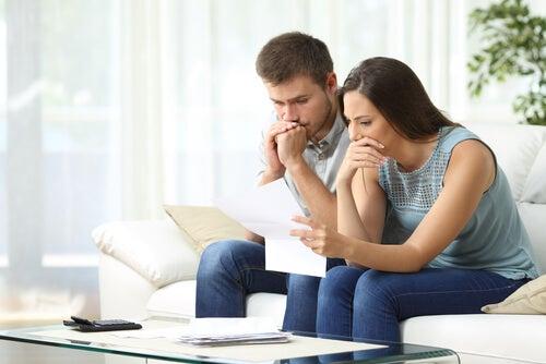 futuro papai e mamãe olhando preocupados para o exame de gravidez