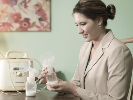 mulher usando a bomba tira-leite no trabalho