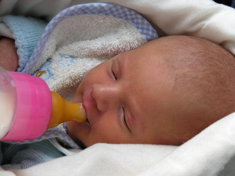 bebê sendo alimentado na mamadeira pelo método Kassing