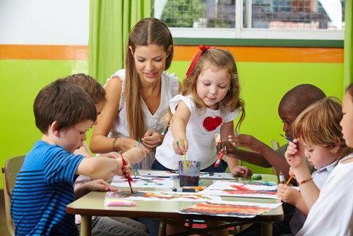 um adulto e muitas crianças juntas fazendo trabalhos manuais