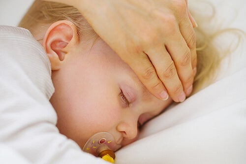 Mãe com a mão na cabeça do bebê