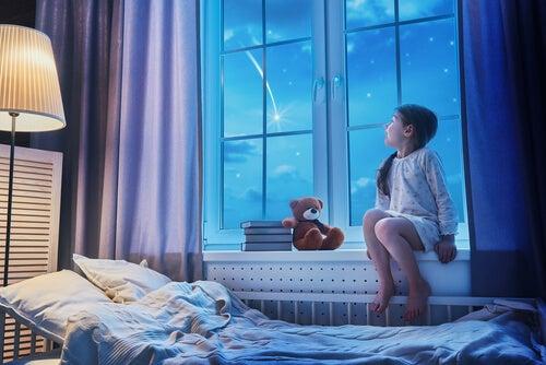 menina olhando para o céu e os aniversários