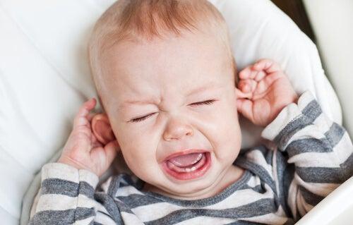 bebê com otitis, uma das doenças que se pode contrair em creche