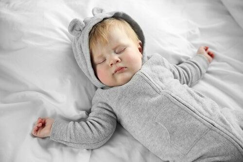 bebê dormindo, do berço até a cama