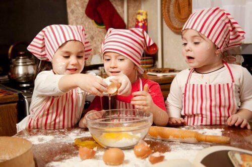 crianças abrindo os ovos na cozinha