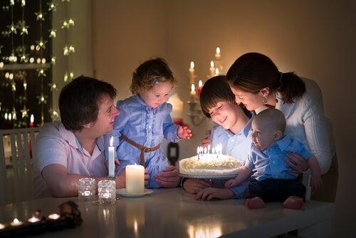família celebrando aniversário de um membro