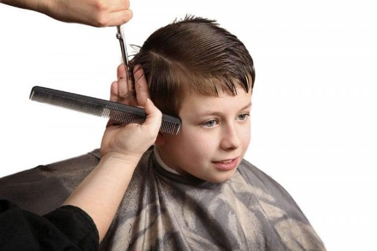 cortando o cabelo do menino