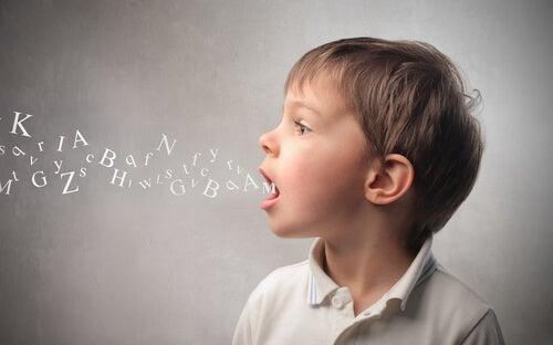 Criança aprendendo a falar trava-línguas