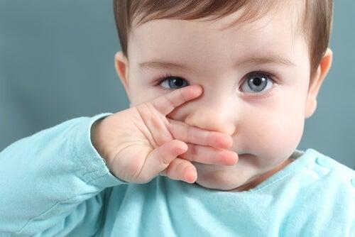 Criança com faringite, uma das doenças que se pode contrair em creche