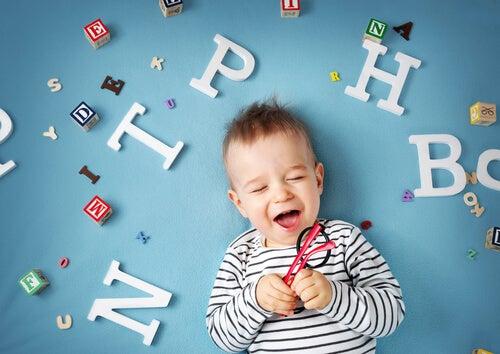 Criança com letras